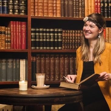 Photo de Claire Prodhomme dans une bibliothèque